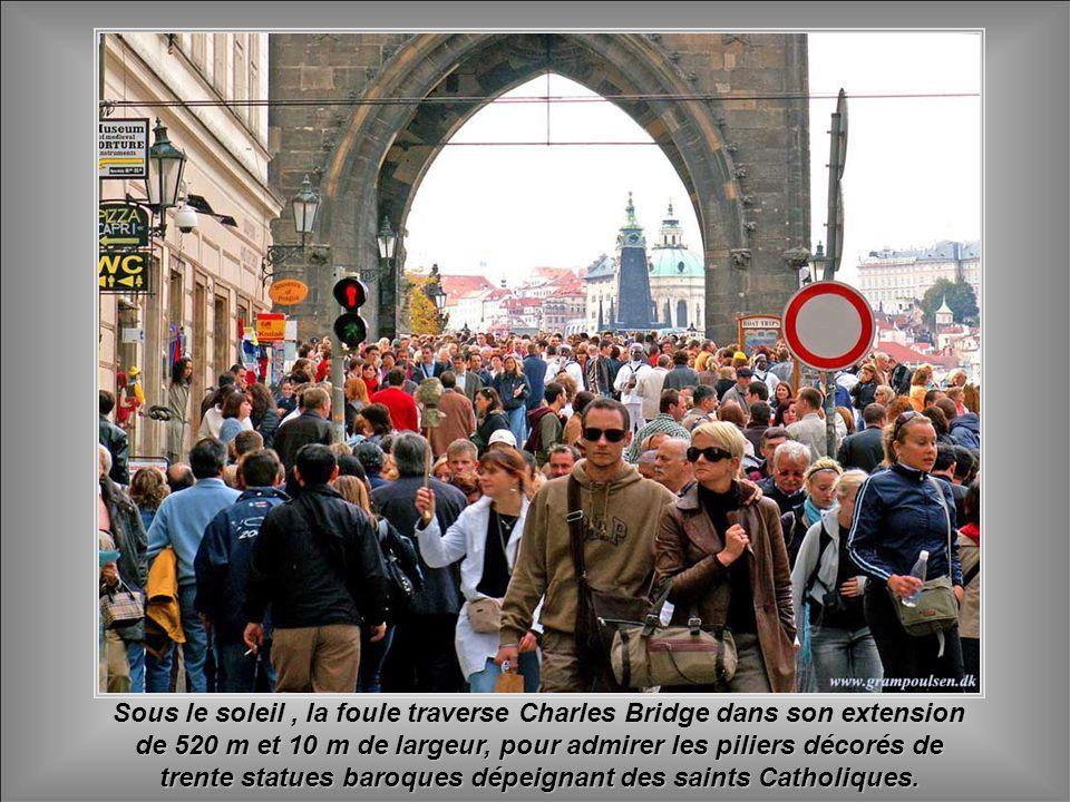 Une expérience incomparable est d'attendre le lever du soleil sous le charme de Charles Bridge, construit au milieu du quatorzième siècle!!!