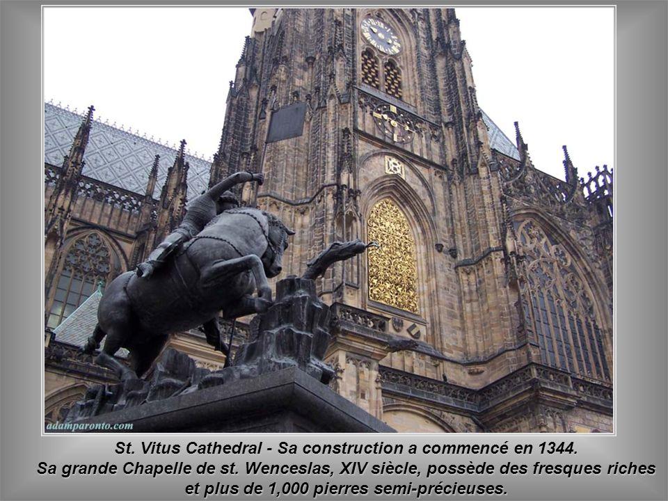 St.Vitus Cathedral - Sa construction a commencé en 1344.