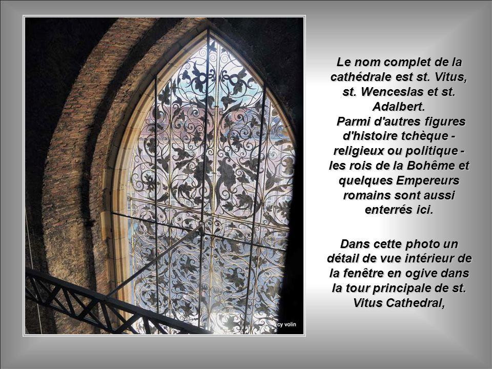 St. Vitus Cathedral - Sa construction a commencé en 1344. Sa grande Chapelle de st. Wenceslas, XIV siècle, possède des fresques riches et plus de 1,00