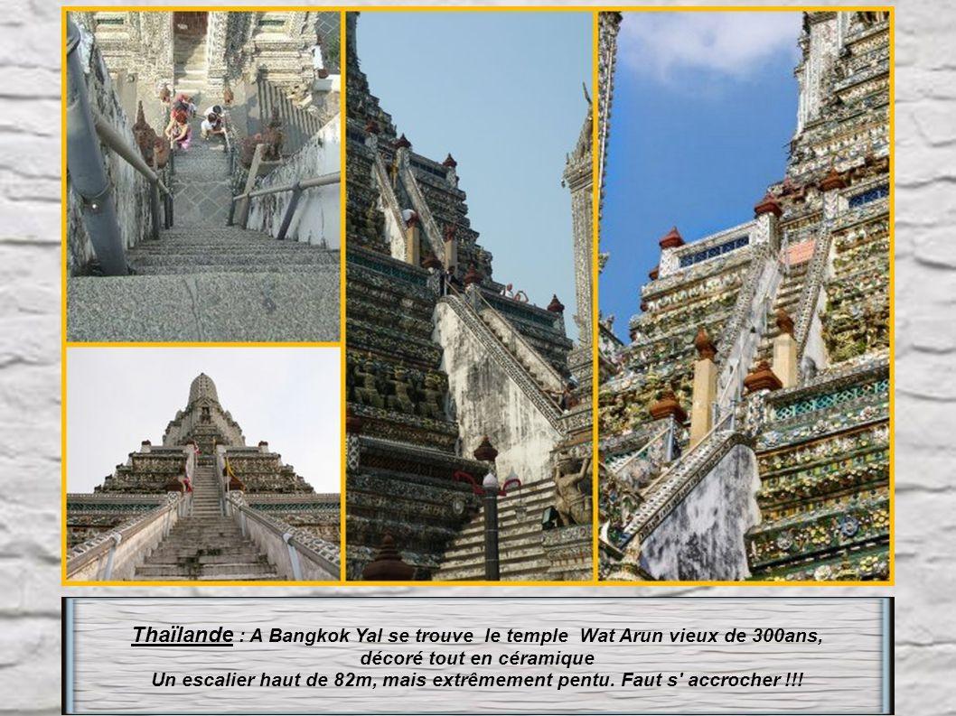 Thaïlande : Pour atteindre le temple de Prachuap Khiri Khan, il vous faudra grimper 395 marches parmi les singes parfois agressifs, pour une vue extra