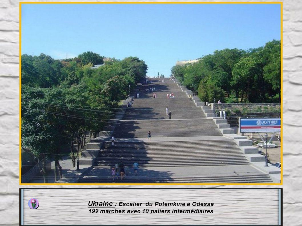 Chine : L' escalier de la Montagne Taihang Vous devrez signer une décharge stipulant que vous avez moins de 60ans et ne souffrez de problèmes cardiaqu