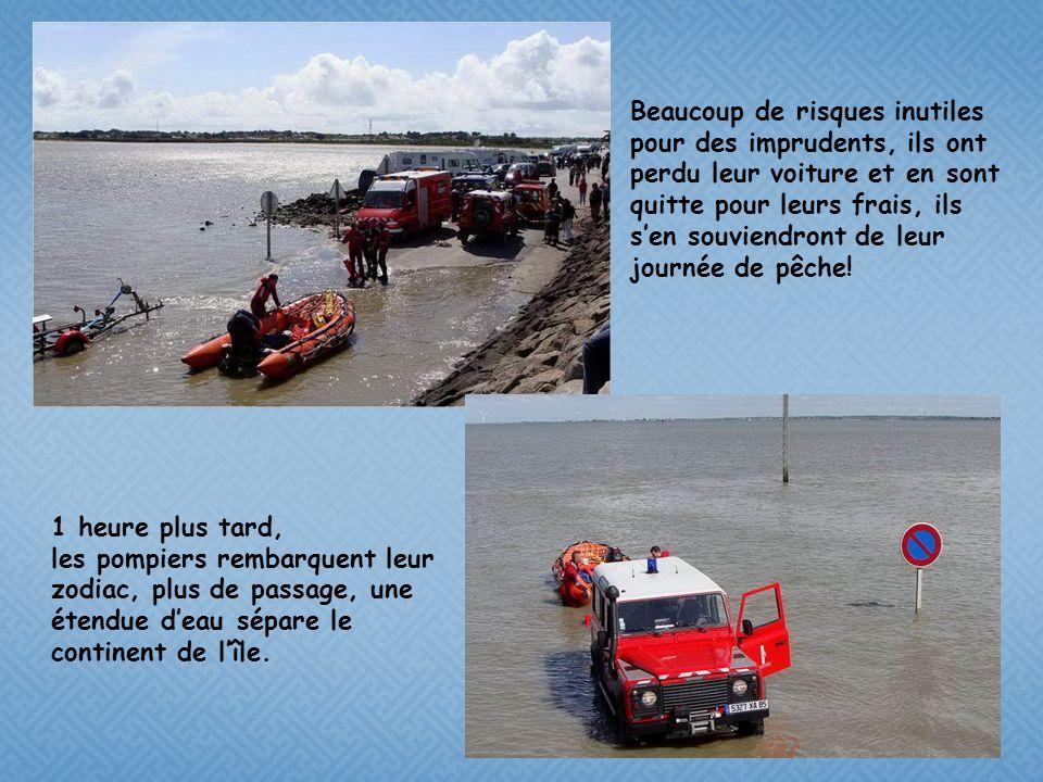 Les pompiers ont donné des couvertures de survie aux 4 rescapés, lun deux sèche ses vêtements contre la digue, en attendant quune voiture vienne les c