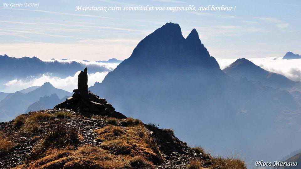 ....... Le cairn est dressé triomphalement sur le point le plus élevé dun sommet, un acte purement gratuit.