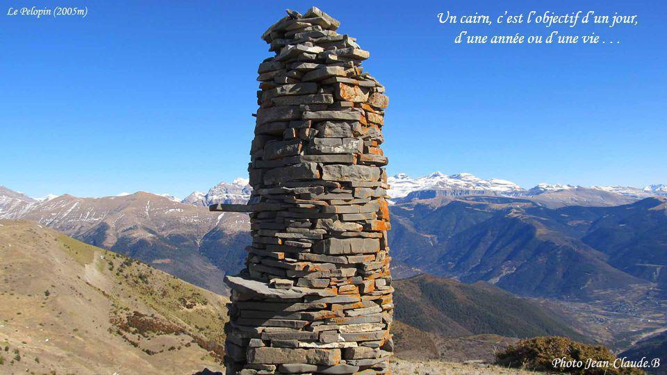 ....... En Ecosse, il de coutume de transporter une pierre jusquen haut de la colline pour la déposer sur un cairn. Ainsi, les cairns deviendraient de