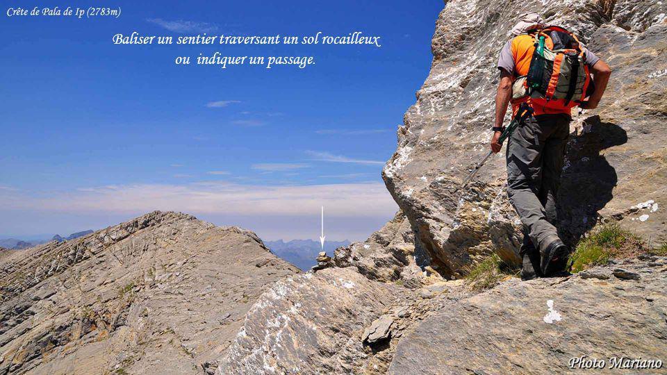 ....... Baliser un sentier traversant un sol rocailleux ou indiquer un passage.