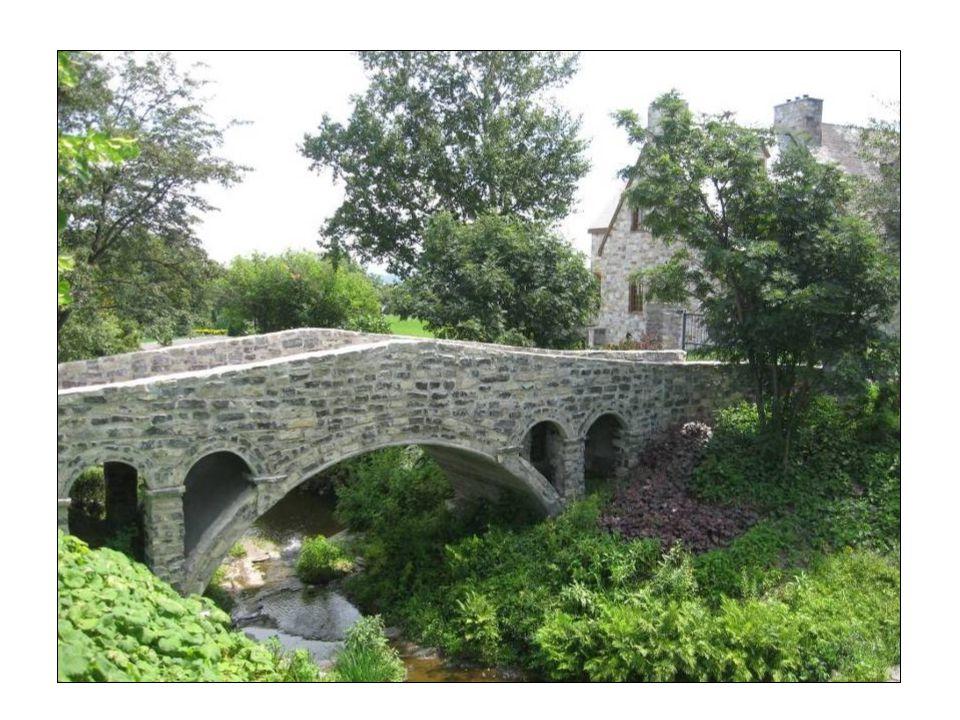 Le pont menant vers le domaine familial.