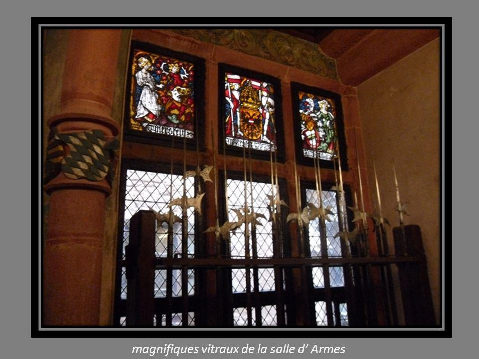 Salle d Armes, plafond et murs en boiseries et, lustre ancien