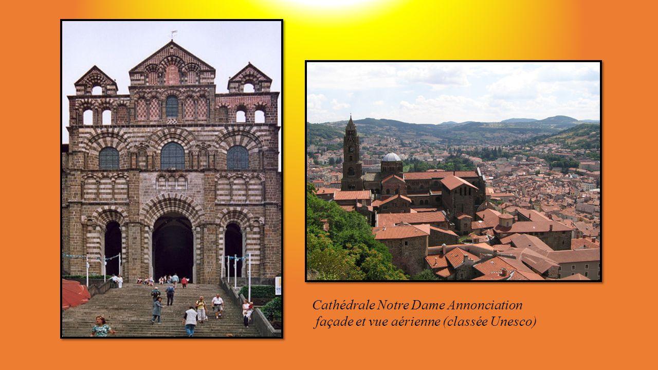 au départ de la Via Podiensis un panorama exceptionnel entre Cathédrale, rocher Corneille et chapelle Saint Michel dAiguilhe