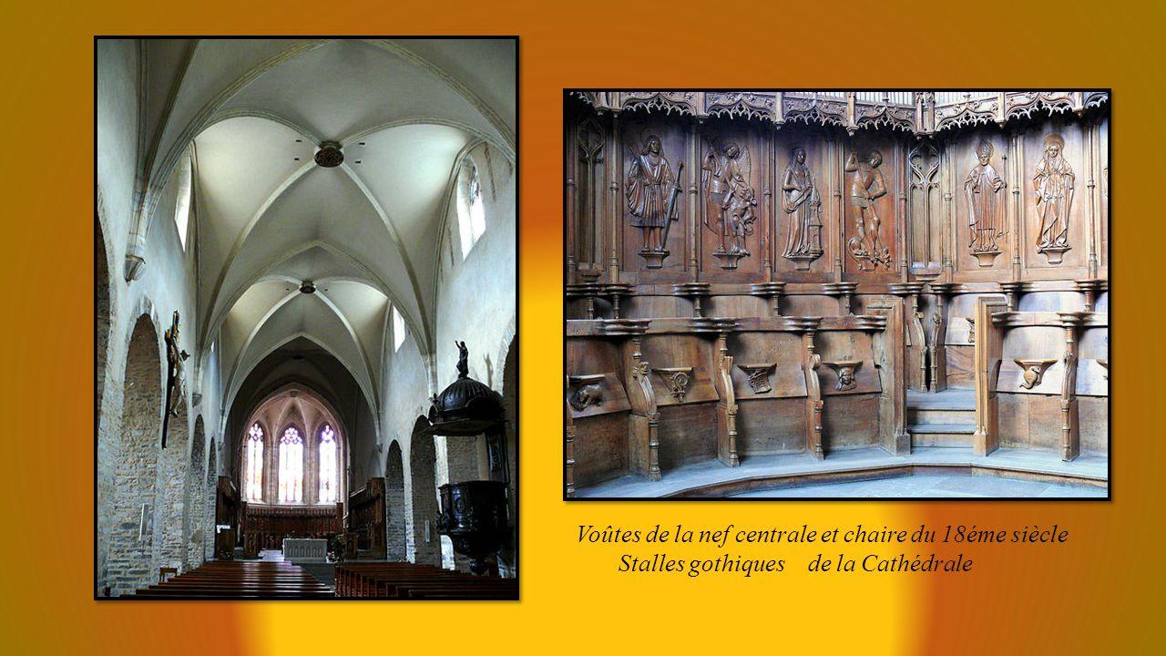Tour, ancien clocher de léglise Notre Dame La Cathédrale Saint Jean Baptiste et, à droite léglise Notre Dame