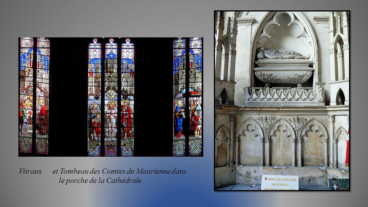 Voûtes de la nef centrale et chaire du 18éme siècle Stalles gothiques de la Cathédrale
