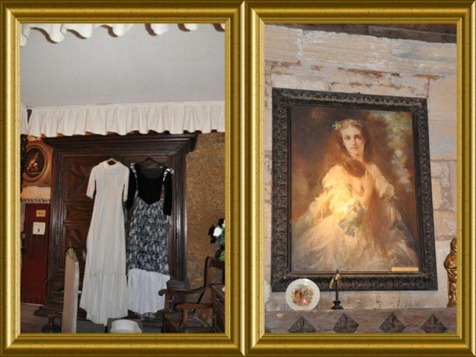 On entre dans lintimité de la Maitresse de ses lieux. En visitant sa chambre ainsi Que ses espaces personnels.