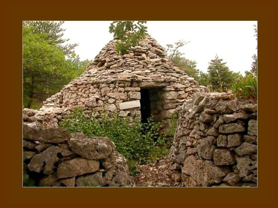 Cest lart qui chante dans les pierres Avec le vent pour tambourin.