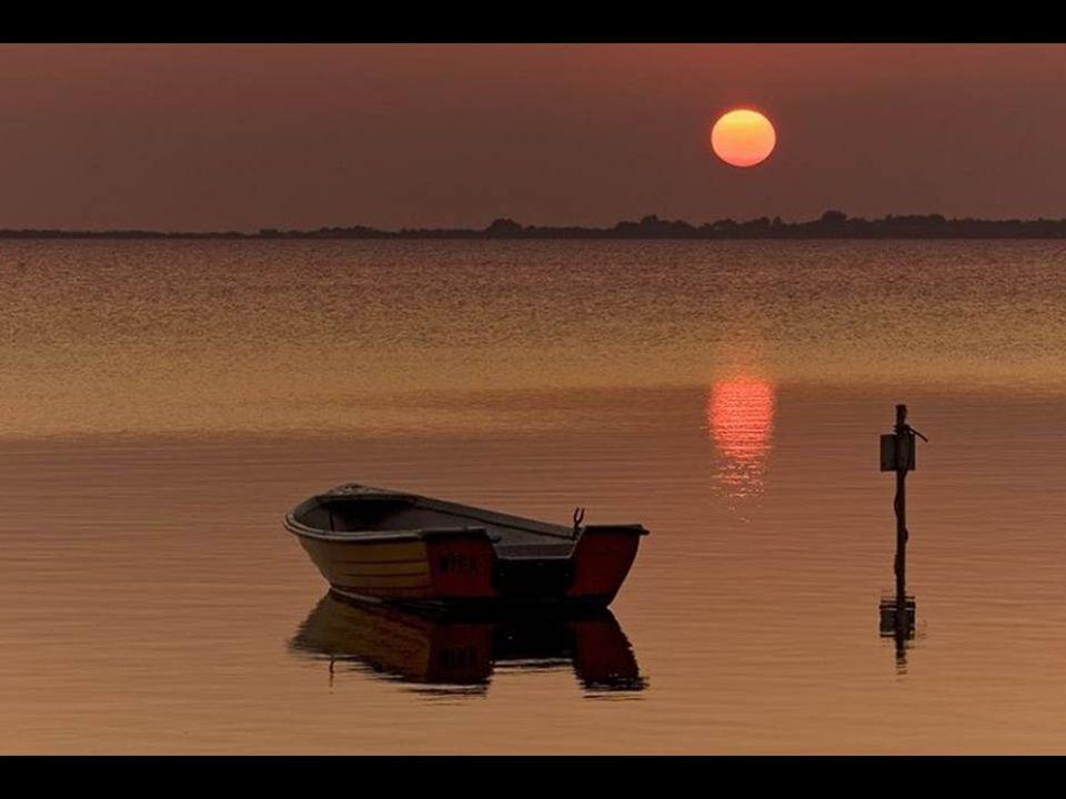 Tout le monde aime la simplicité ; quelques-uns l'admirent, peu de gens l'adoptent, personne ne l'envie. - Marquise de Lambert