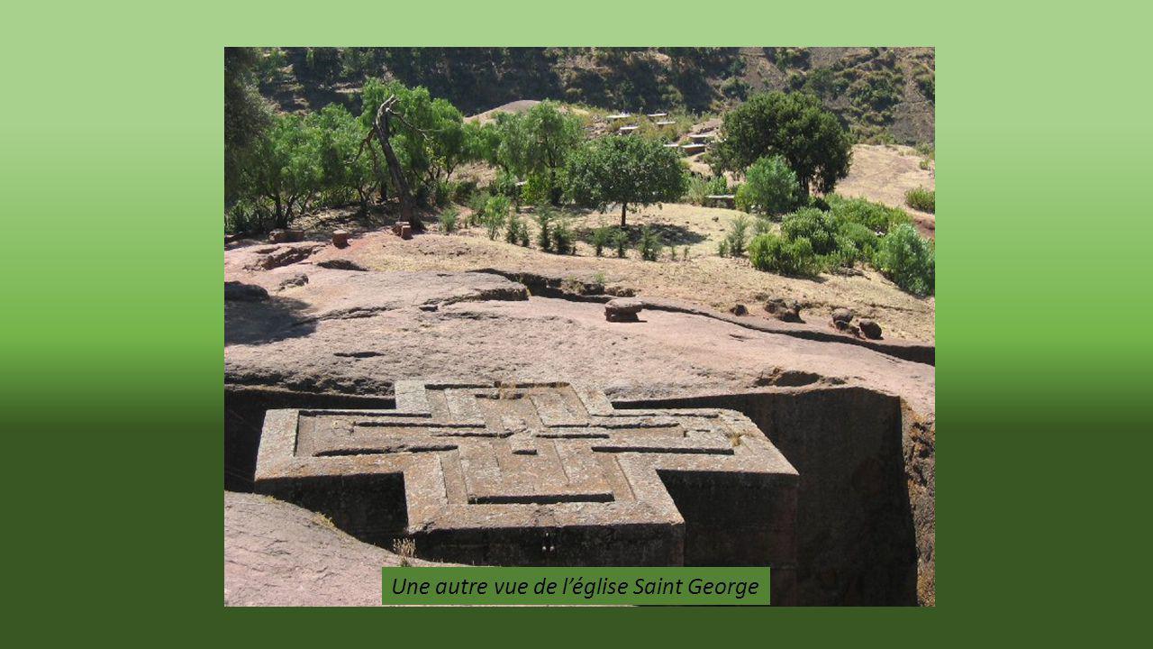 l église la plus célèbre : Saint Georges datant de 8 siècles. Comme lensemble du site les églises sont en dessous du niveau du terrain.