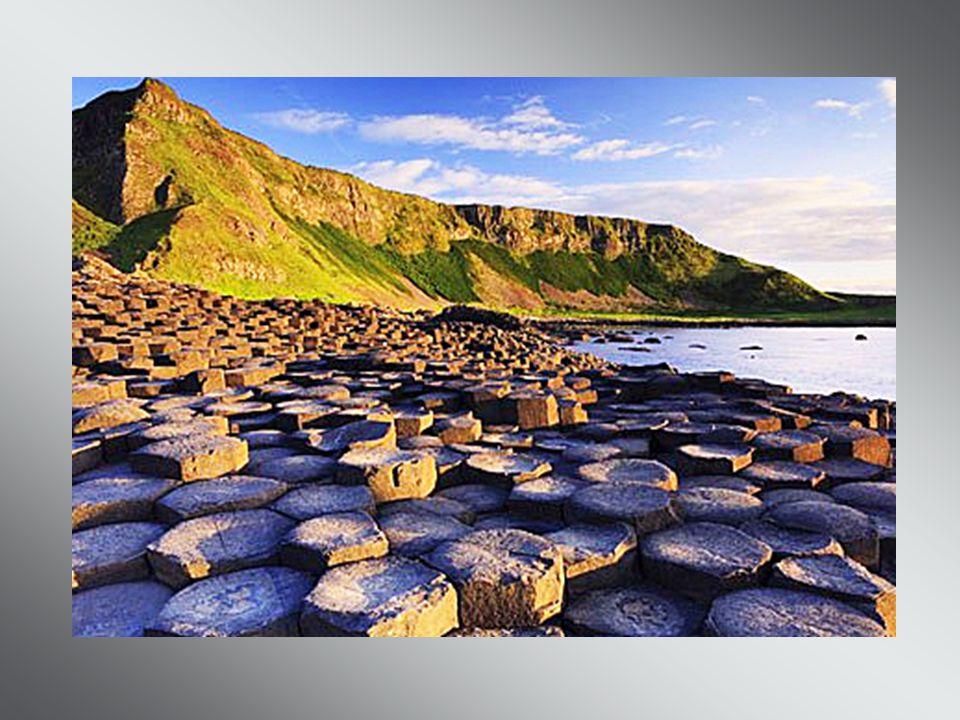 Cest une merveille géologique formée de plus de 40 000 colonnes hexagonales en basalte, atteignant pour certaines jusquà 12 mètres de haut, la Chaussé