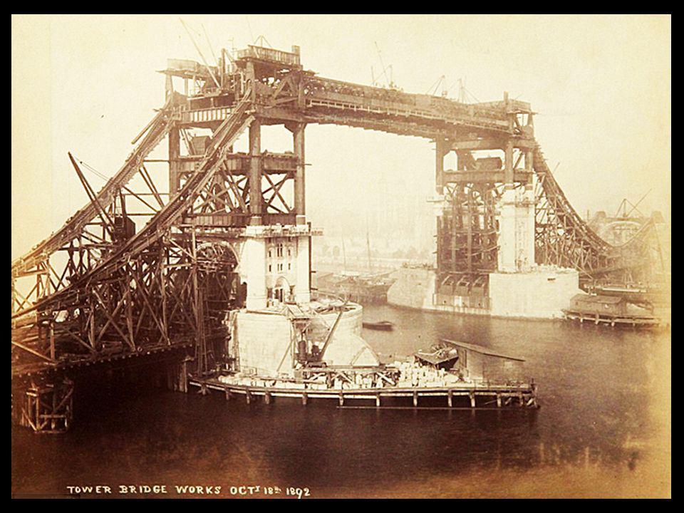 On peut voir le cadre vigoureux d'acier du Pont de la Tour, avant qu'il n'ait été couvert de son revêtement en pierre sur les ordres de l'architecte J