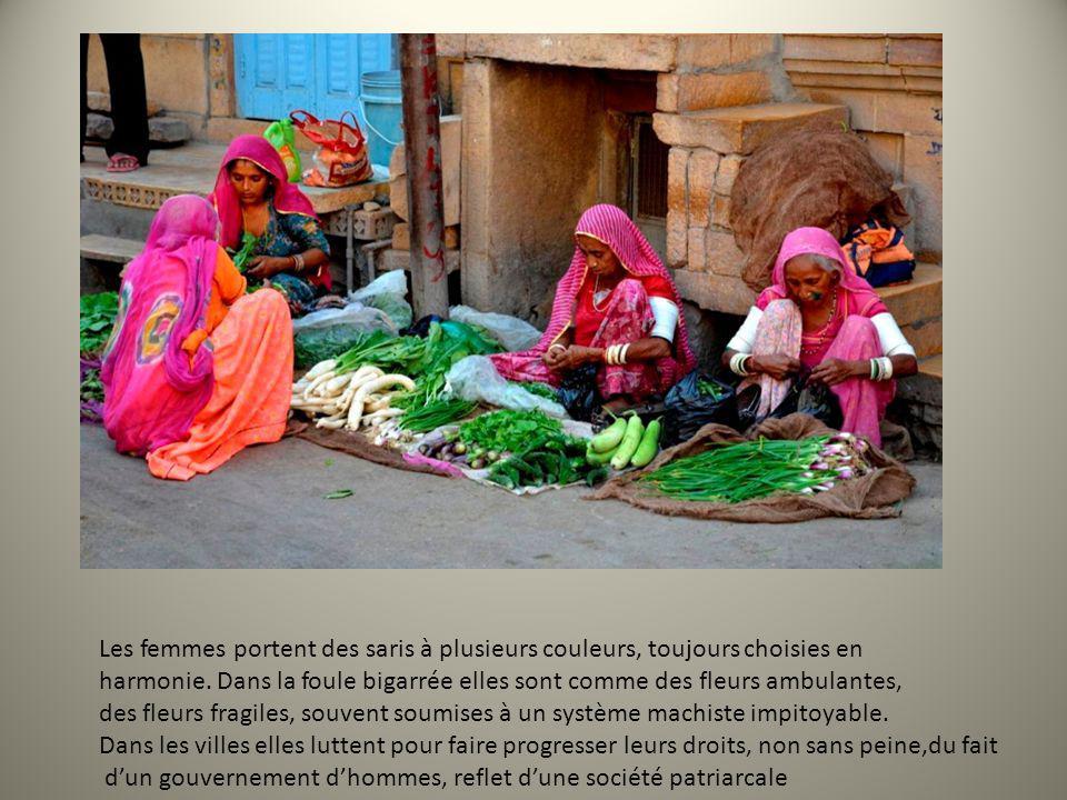 Les hommes portent des turbans différents selon les lieux, les villages, les communautés religieuses, les castes: ils sont un signe dappartenance et sont noués de dizaines de façons différentes…