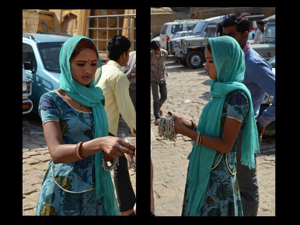 Les couleurs symphoniques de saris impeccables nempêchent pas les durs travaux : ici le pétrissage de l argile pour en faire des briques…