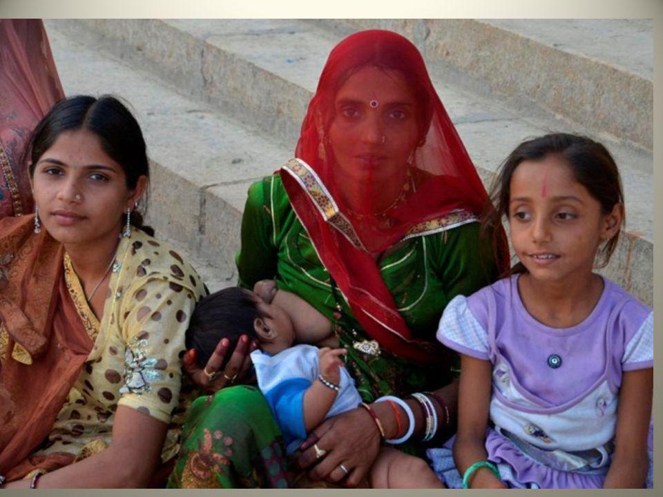 Les femmes portent des saris à plusieurs couleurs, toujours choisies en harmonie.