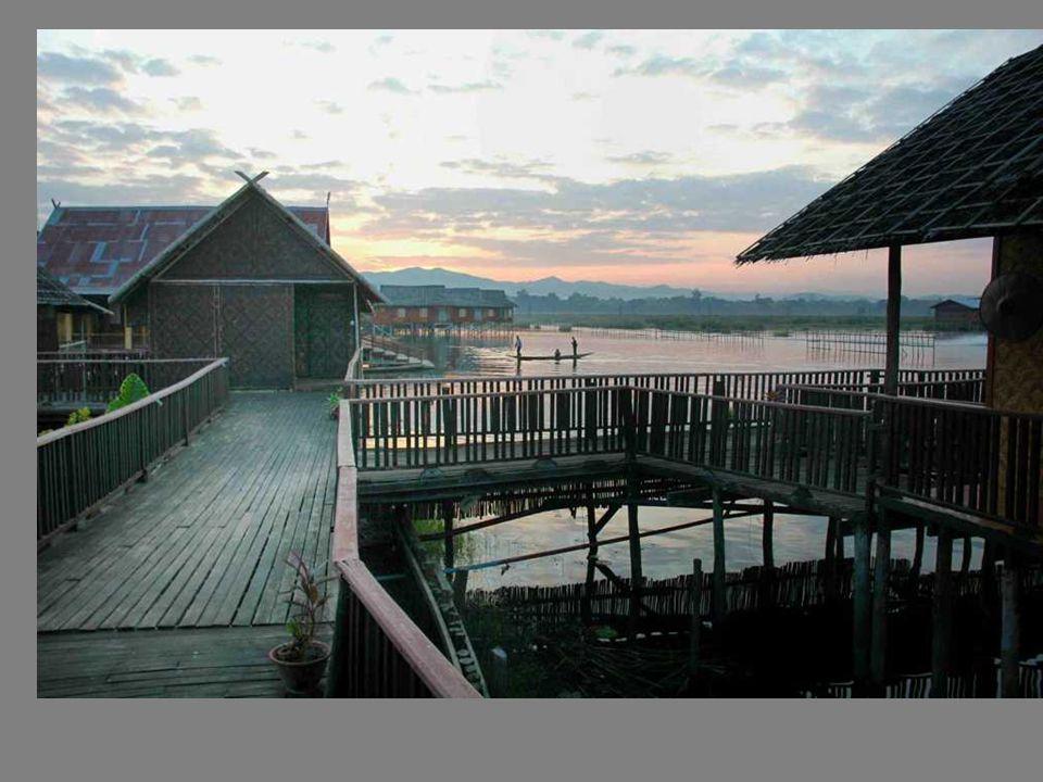 On habite dans ces maisons de bois sur pilotis: quelques hôtels flottants se sont installés depuis 1996
