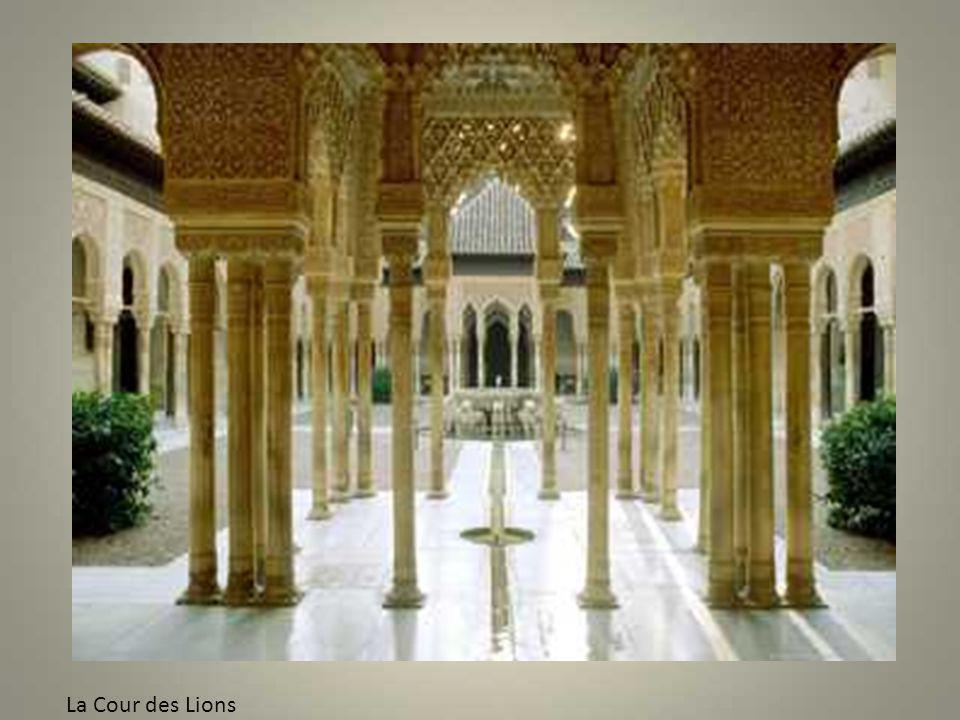 Des niches nimbées dexcroissances en stucco rappellent une grotte où Mahomet aurait trouvé refuge
