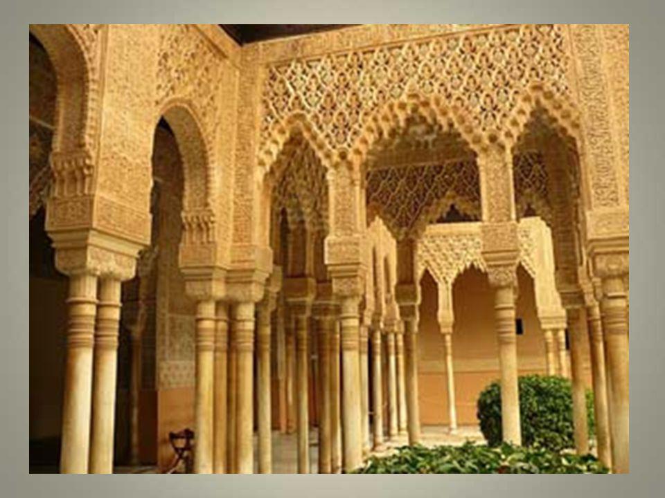 Le salon des ambassadeurs aux murs richement orné de stucs et darabesques et dont la coupole est en bois de cèdre. On se prend à rêver à tout ce quii