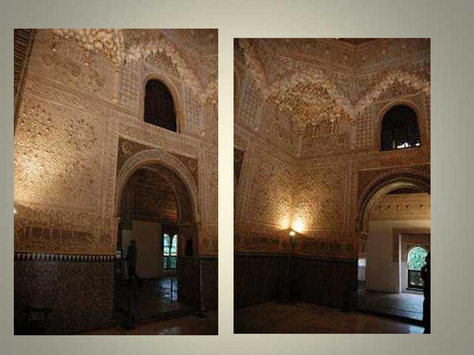 Au nord-est, on peut voir les palais nasrides qui ont été construits de 1238 à 1492. Ces palais ont une réputation mondiale car ils ont inspiré de gra