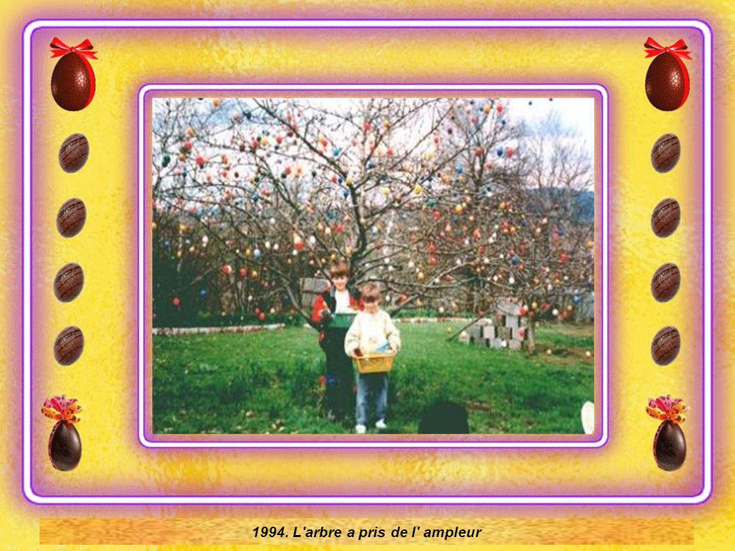1970 l' arbre n' a que 18 œufs en plastique