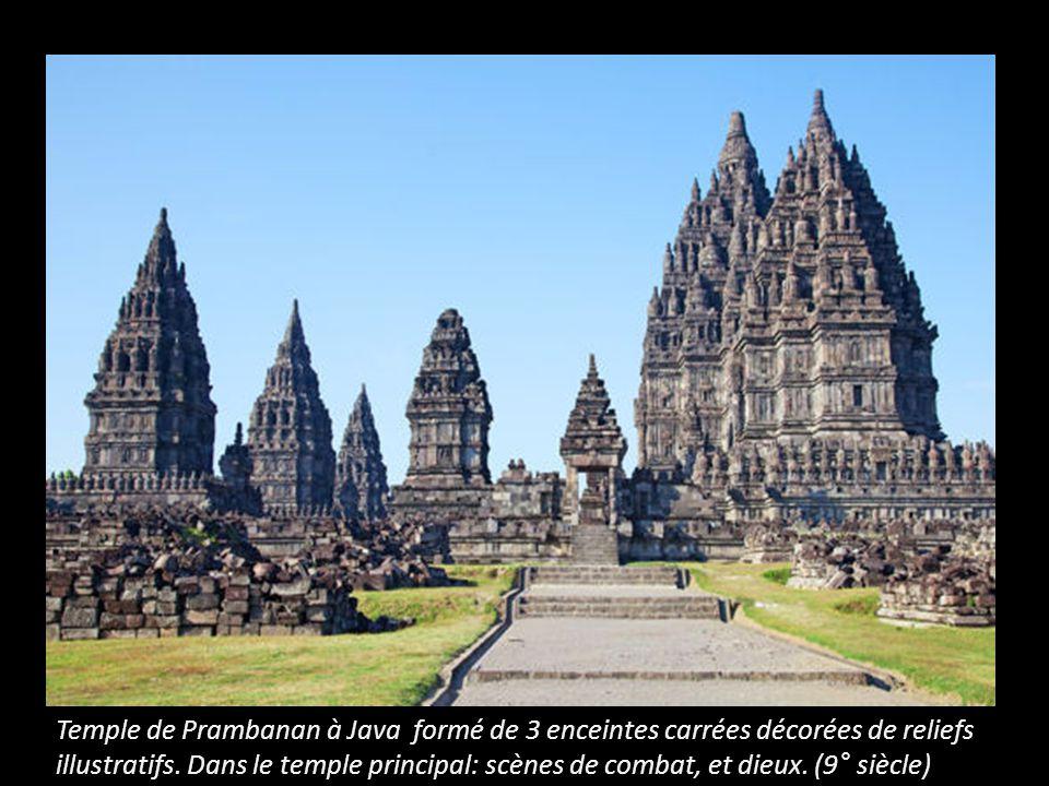 Temple de Prambanan à Java formé de 3 enceintes carrées décorées de reliefs illustratifs.