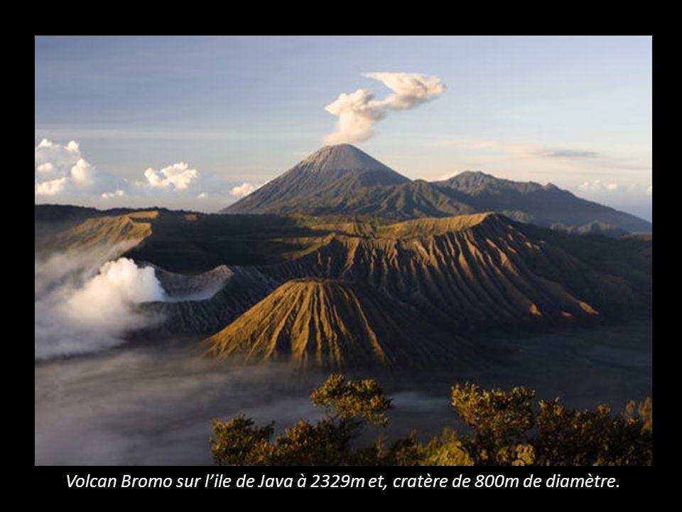 Volcan Bromo sur lile de Java à 2329m et, cratère de 800m de diamètre.