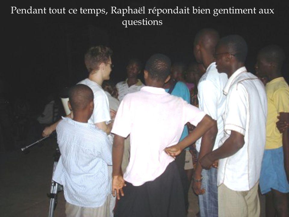 Pendant tout ce temps, Raphaël répondait bien gentiment aux questions