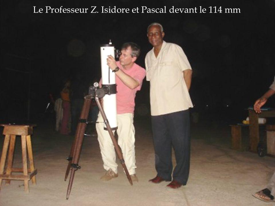 Le Professeur Z. Isidore et Pascal devant le 114 mm