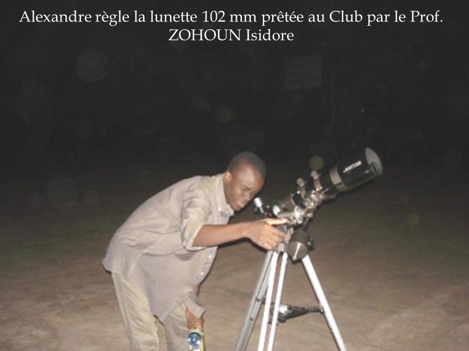 Alexandre règle la lunette 102 mm prêtée au Club par le Prof. ZOHOUN Isidore