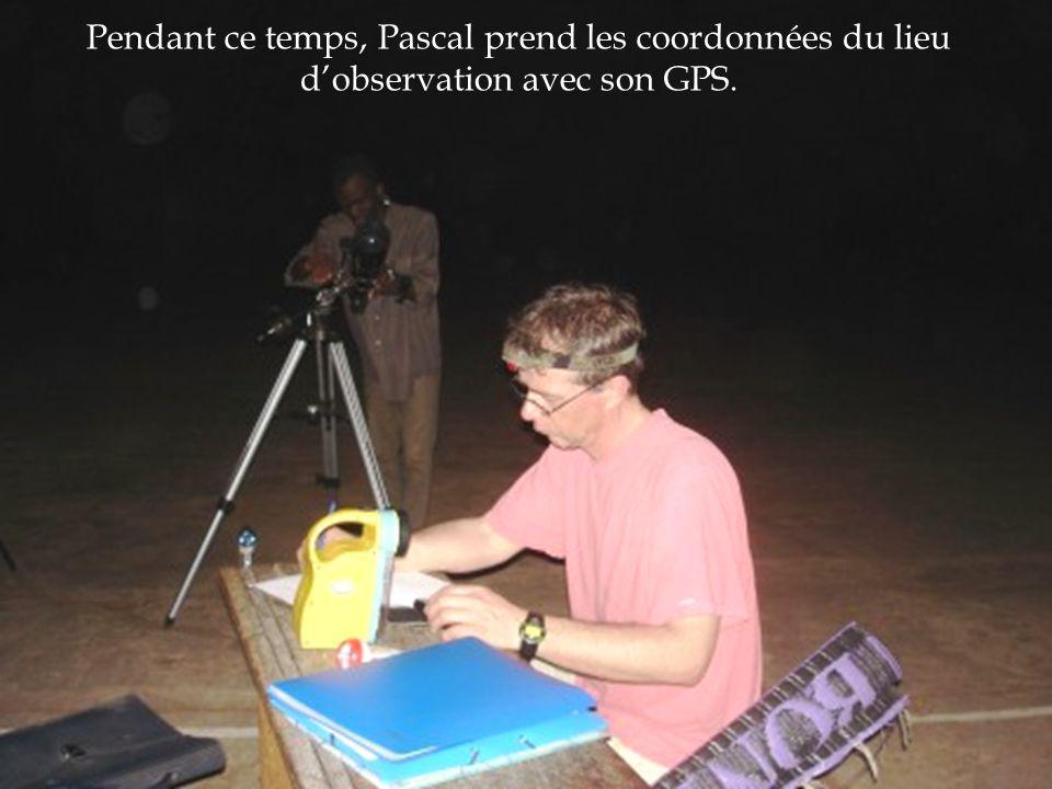 Pendant ce temps, Pascal prend les coordonnées du lieu dobservation avec son GPS.