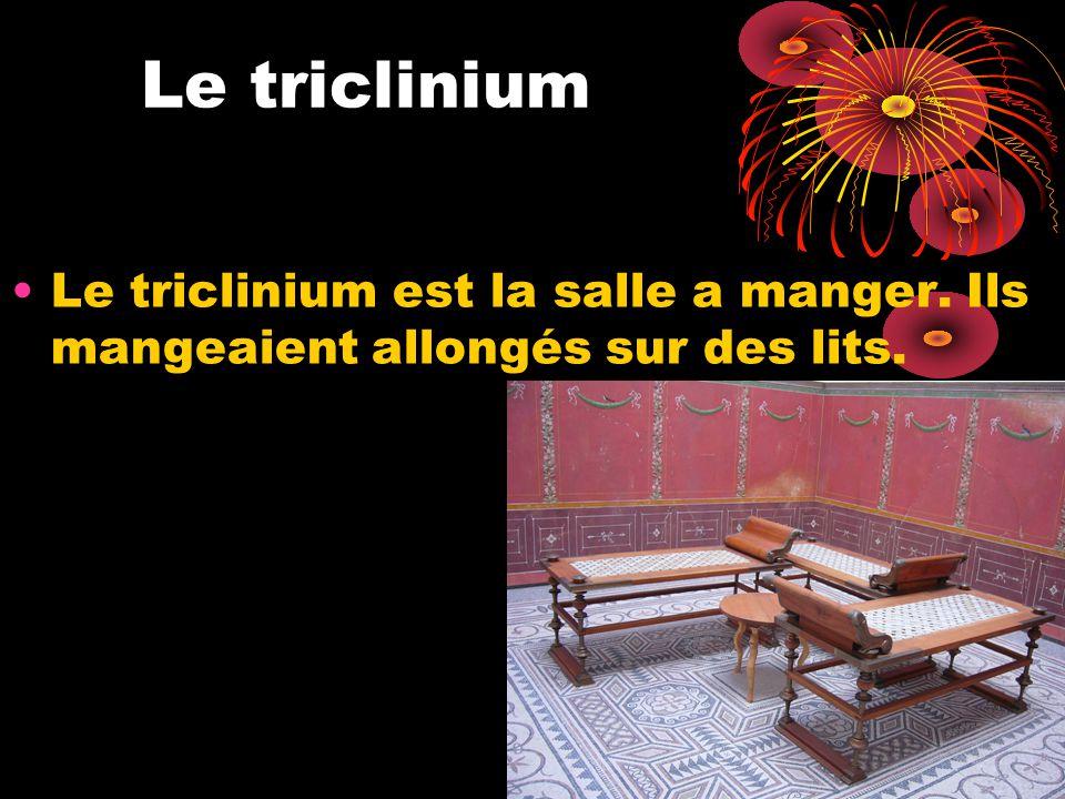 Le triclinium Le triclinium est la salle a manger. Ils mangeaient allongés sur des lits.