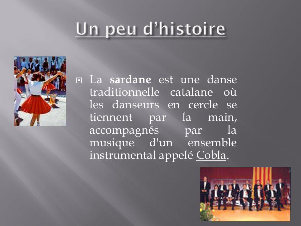 La sardane est une danse traditionnelle catalane où les danseurs en cercle se tiennent par la main, accompagnés par la musique d'un ensemble instrumen