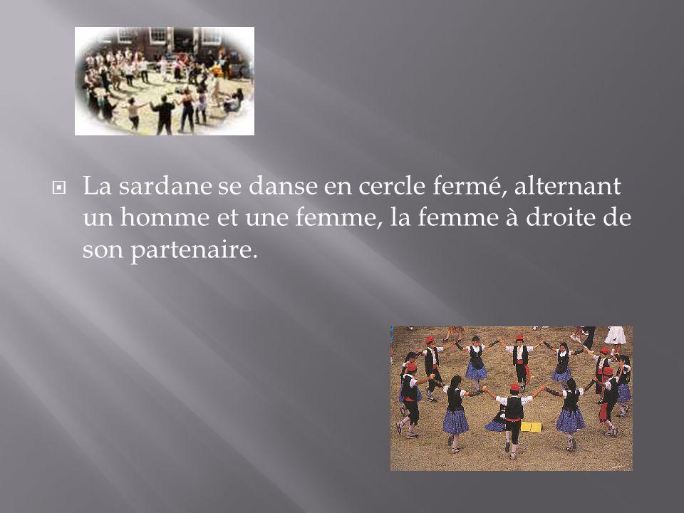 La sardane se danse en cercle fermé, alternant un homme et une femme, la femme à droite de son partenaire.