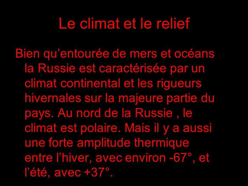 Le climat et le relief Bien quentourée de mers et océans la Russie est caractérisée par un climat continental et les rigueurs hivernales sur la majeure partie du pays.