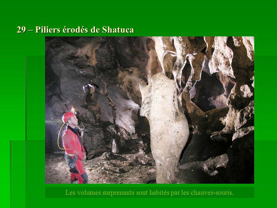 29 – Piliers érodés de Shatuca Les volumes surprenants sont habités par les chauves-souris.