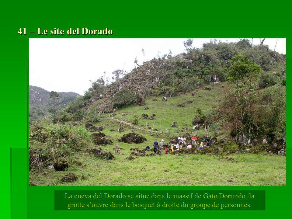 41 – Le site del Dorado La cueva del Dorado se situe dans le massif de Gato Dormido, la grotte souvre dans le bosquet à droite du groupe de personnes.