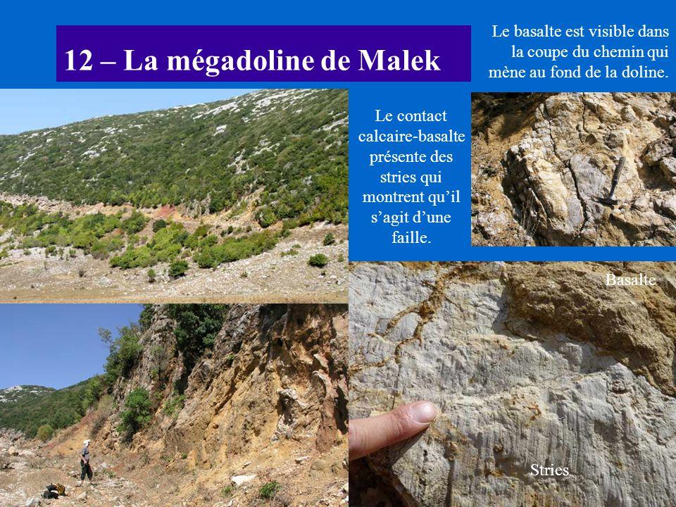 12 – La mégadoline de Malek Le basalte est visible dans la coupe du chemin qui mène au fond de la doline. Le contact calcaire-basalte présente des str