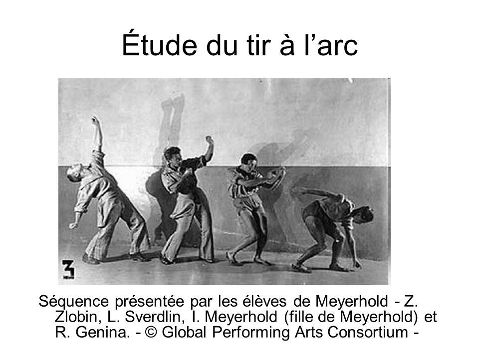 Étude du tir à larc Séquence présentée par les élèves de Meyerhold - Z. Zlobin, L. Sverdlin, I. Meyerhold (fille de Meyerhold) et R. Genina. - © Globa