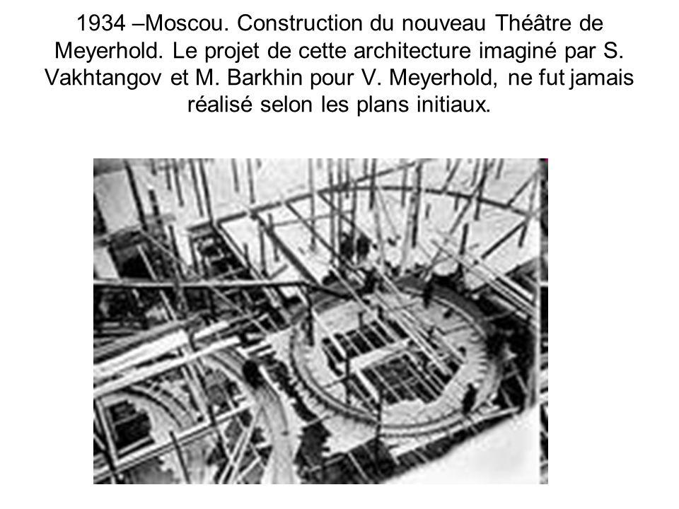 1934 –Moscou. Construction du nouveau Théâtre de Meyerhold. Le projet de cette architecture imaginé par S. Vakhtangov et M. Barkhin pour V. Meyerhold,