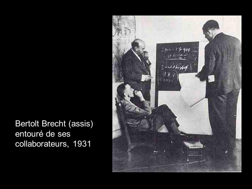 Bertolt Brecht (assis) entouré de ses collaborateurs, 1931