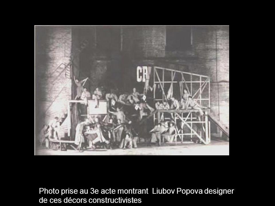 Photo prise au 3e acte montrant Liubov Popova designer de ces décors constructivistes