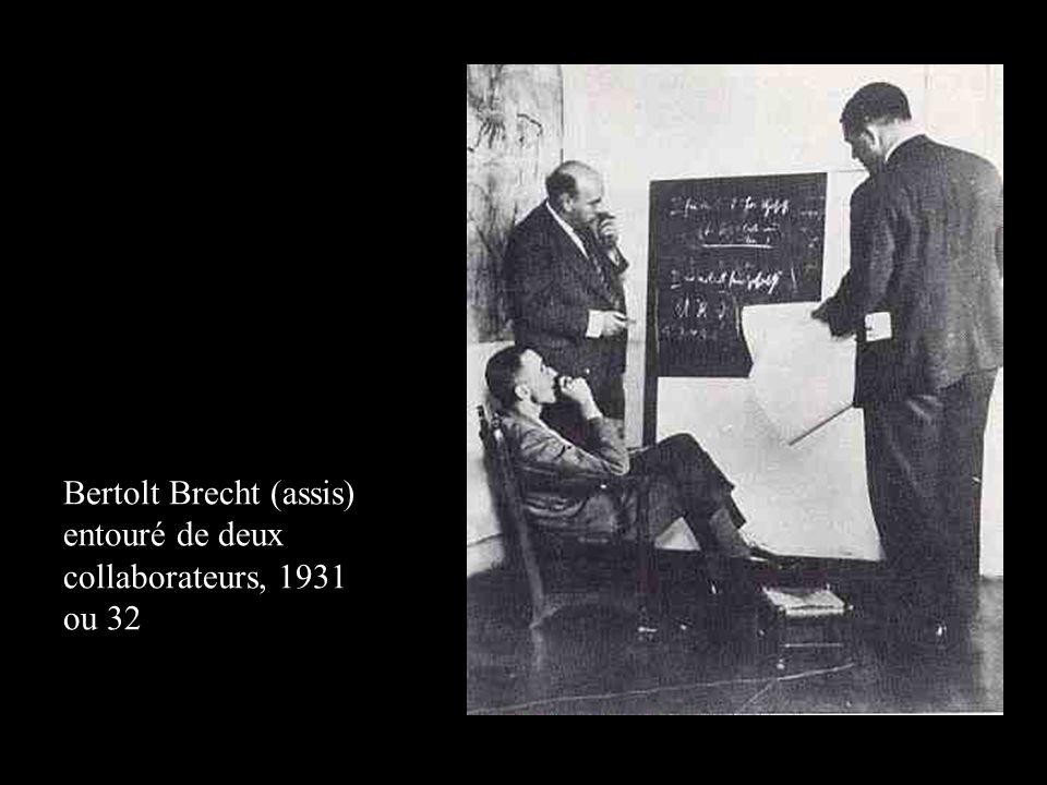 Bertolt Brecht (assis) entouré de deux collaborateurs, 1931 ou 32