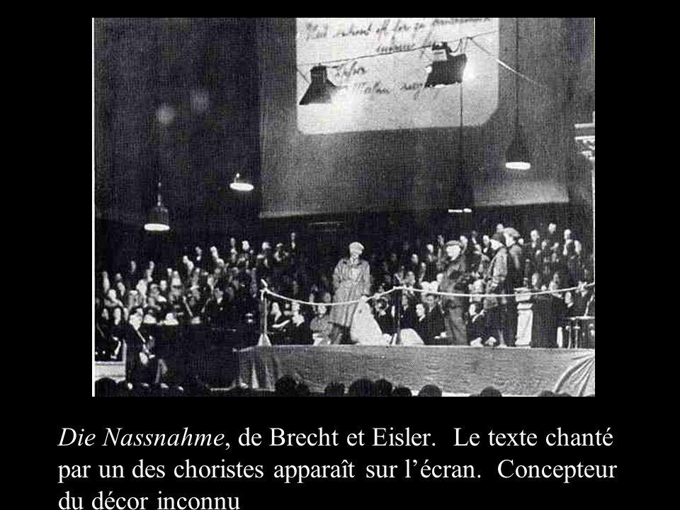 Die Nassnahme, de Brecht et Eisler. Le texte chanté par un des choristes apparaît sur lécran. Concepteur du décor inconnu