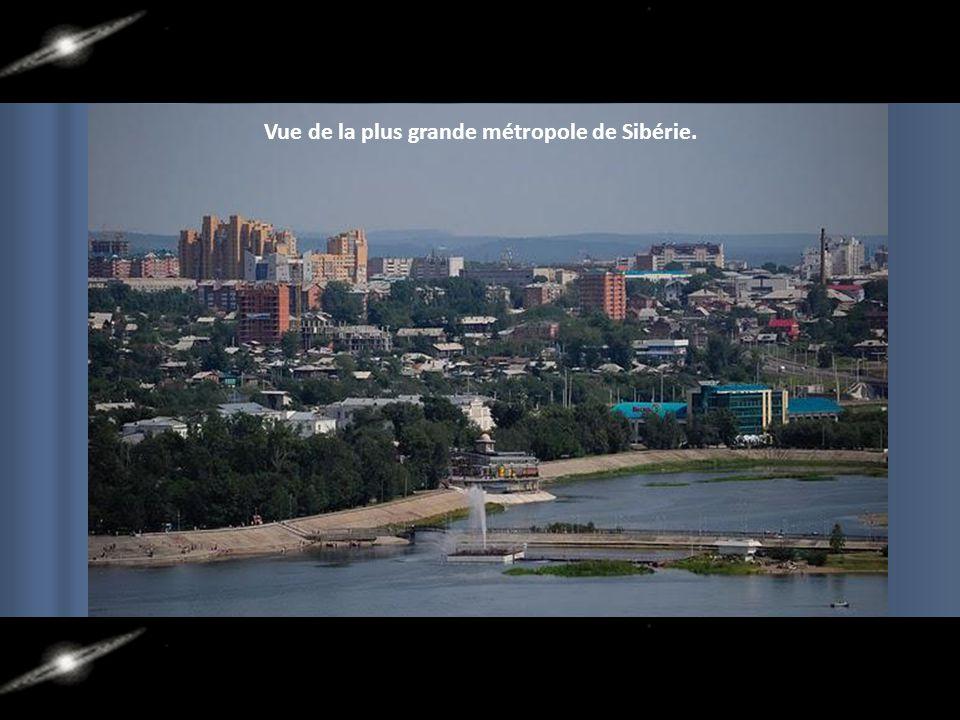 La plus grande ville de Sibérie dans la région : Irkoutsk, le long de la rivière Angara. Sa région métropolitaine compte plus de 1 million d'habitants