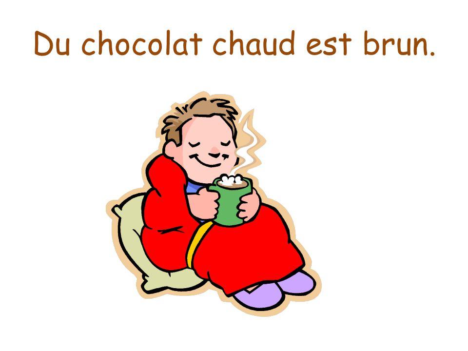 Du chocolat chaud est brun.