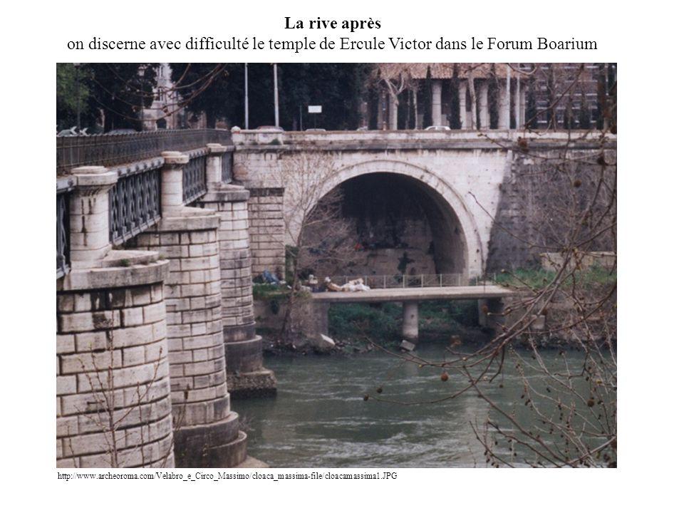 La rive après on discerne avec difficulté le temple de Ercule Victor dans le Forum Boarium http://www.archeoroma.com/Velabro_e_Circo_Massimo/cloaca_massima-file/cloacamassima1.JPG